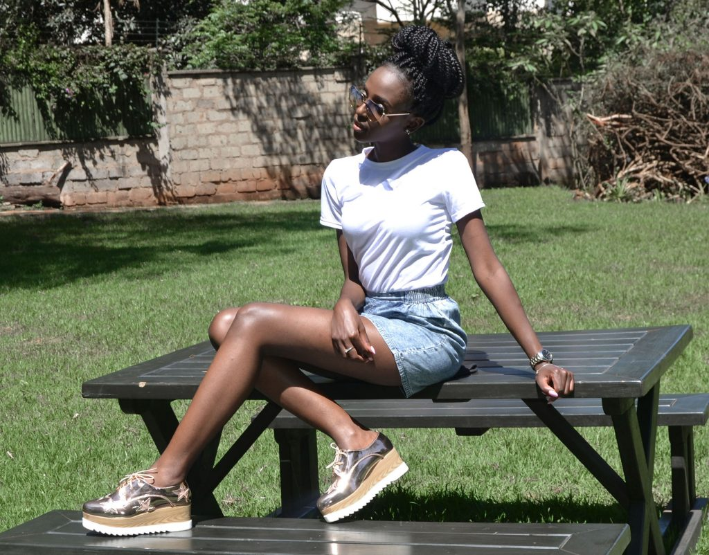 how to style a white t-shirt with a denim skirt